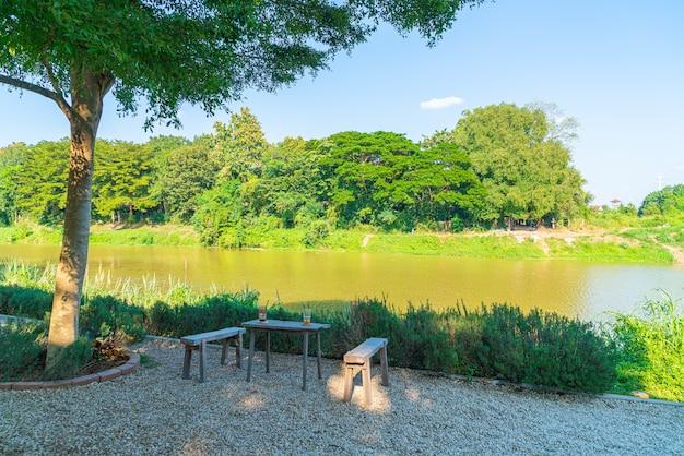 Pusty Stół I Krzesło Z Widokiem Na Rzekę W Kawiarni Kawiarni I Restauracji Premium Zdjęcia