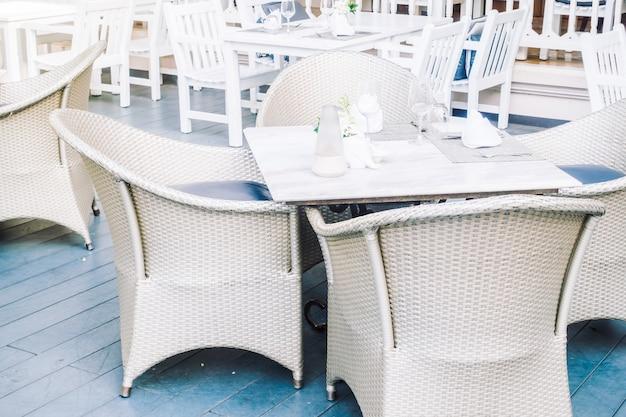 Pusty stół i krzesło