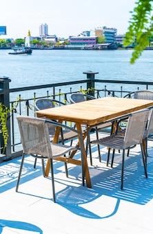 Pusty stół na zewnątrz patio i krzesło w restauracji