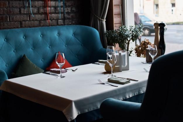 Pusty stół wewnętrzny restauracji