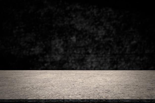 Pusty stół z ciemnego cementu z blured czarnym ciemnym pokojem.