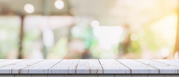 Pusty stół z drewna i niewyraźne bokeh i rozmycie ogrodu. szablon wyświetlania produktu.