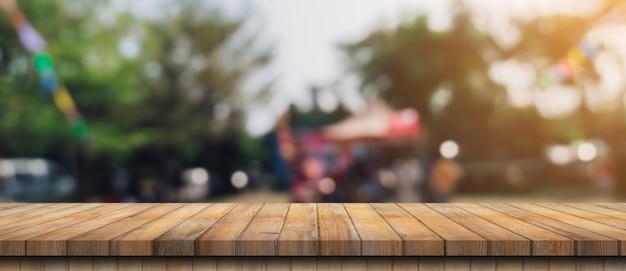 Pusty stół z drewna i niewyraźne bokeh