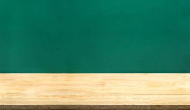 Pusty stół z drewna i zielona tablica