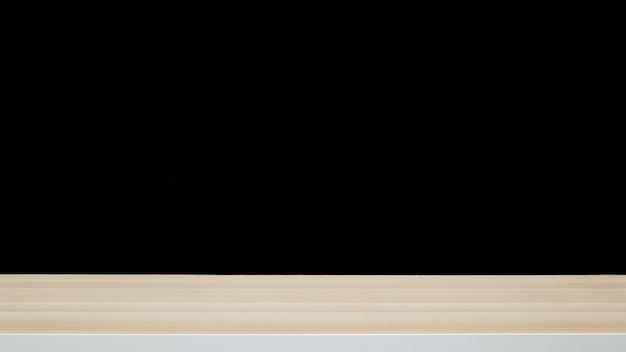 Pusty stół z drewna na czarnej ścianie w ciemnym ciemnym tle
