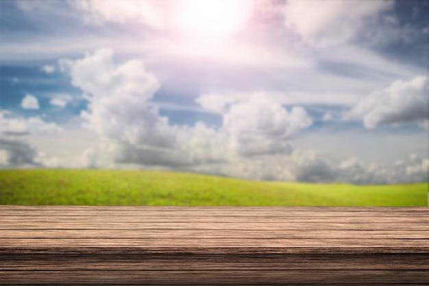 Pusty stół z drewna z światłem słonecznym