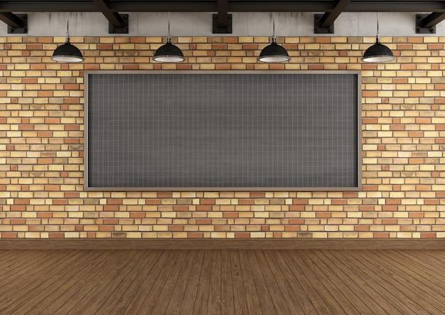 Pusty strych z dużą tablicą do kwadratu