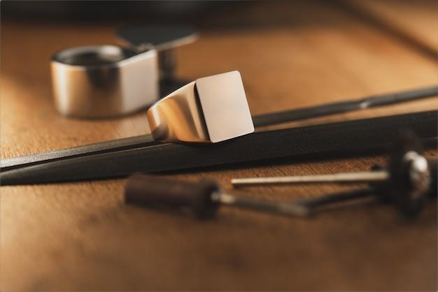 Pusty sygnet złoty pierścionek i profesjonalny szablon koncepcji wyposażenia jubilerskiego dla projektanta jewe ...
