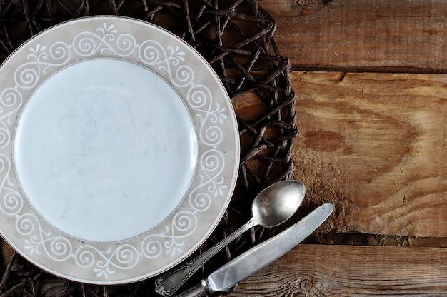 Pusty szablon płyty skład żywności, nóż i łyżka