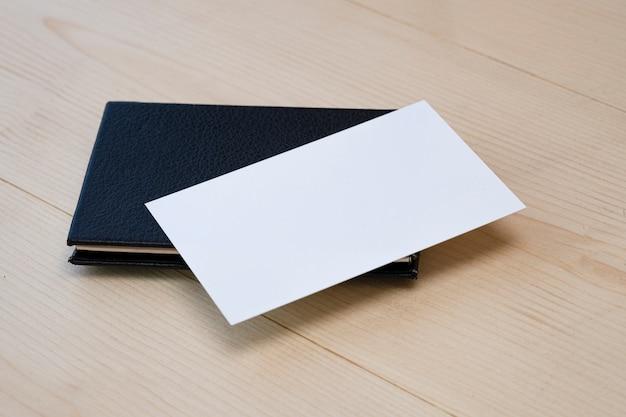 Pusty szablon tożsamości marki białej wizytówki na drewnianym stole