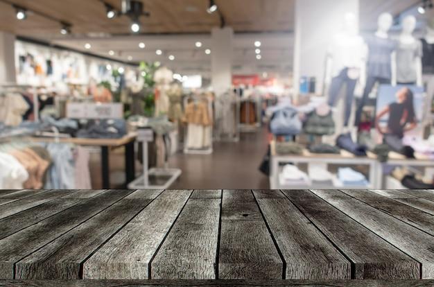 Pusty szary drewniany stół lub drewniany taras z zamazanym obrazem
