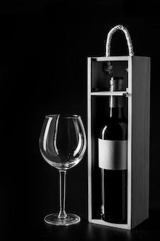 Pusty szklany pobliski pudełko z wino butelką