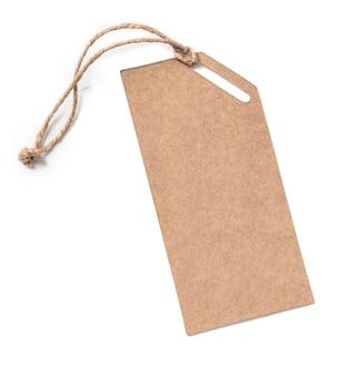 Pusty tag związany sznurkiem. przywieszka z ceną, przywieszka na prezent, przywieszka do sprzedaży, etykieta adresowa