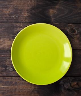 Pusty talerz na drewnianym stole. widok z góry