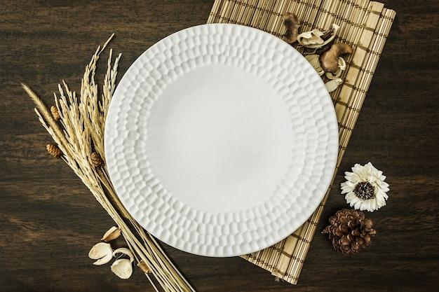 Pusty talerz ozdobiony ryżem i płatkami zbożowymi na drewnianym stole