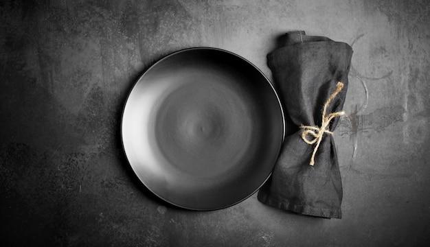 Pusty talerz porcelanowy na ciemnym tle, czarny, szary, tło kulinarne, zastawa stołowa, menu, kucharz, rustykalne, danie, ciemny, widok z góry