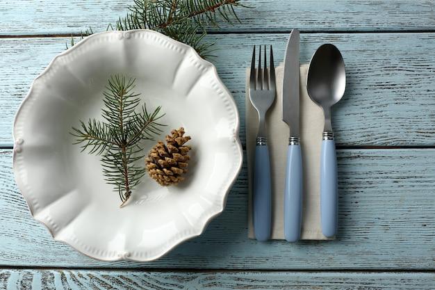 Pusty talerz, sztućce, serwetki i szkło na rustykalne drewniane tła. koncepcja nakrycia stołu bożonarodzeniowego