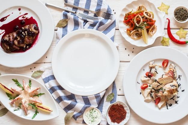 Pusty talerz z przekąskami z owoców morza oprawiony w płaską pustą przestrzeń. widok z góry na luksusowe dania kuchni śródziemnomorskiej i