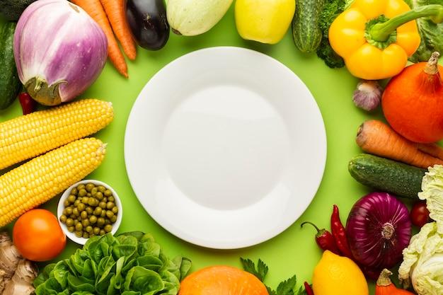 Pusty talerz z różnymi warzywami