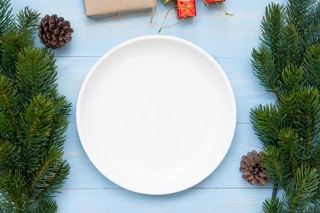Pusty talerz z świątecznych dekoracji, przygotowanie do szczęśliwego nowego roku i świąt bożego narodzenia