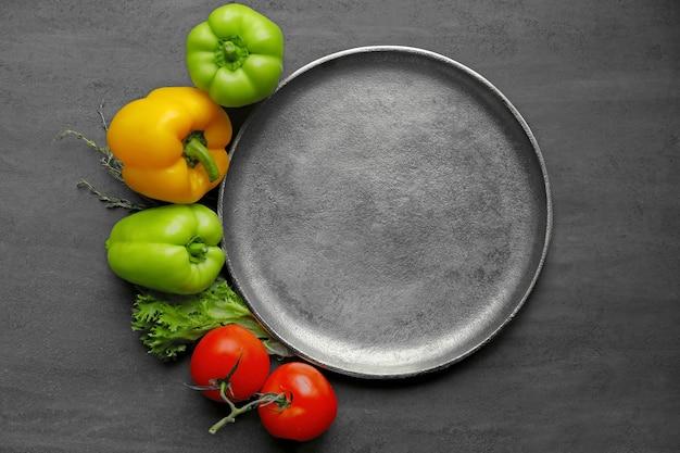 Pusty talerz z warzywami na stole