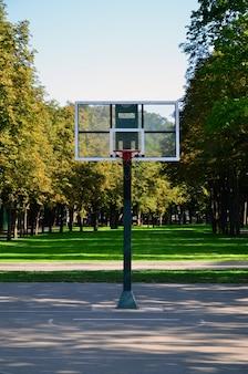 Pusty uliczny boisko do koszykówki. pojęcia takie jak sport i ćwiczenia oraz zdrowy styl życia