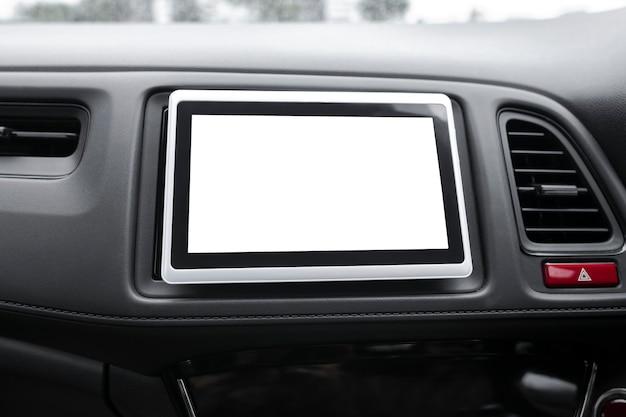 Pusty wbudowany ekran nawigacji w inteligentnym samochodzie