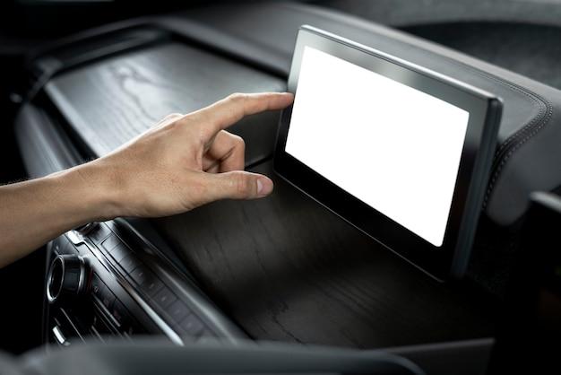 Pusty wbudowany ekran nawigacyjny w inteligentnym samochodzie