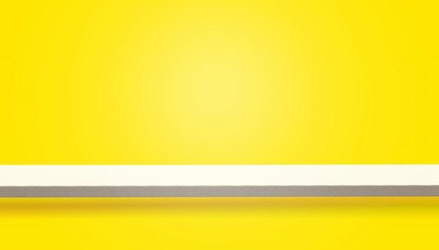 Pusty wierzchołek drewna stół lub kontuar odizolowywający na kolorze żółtym