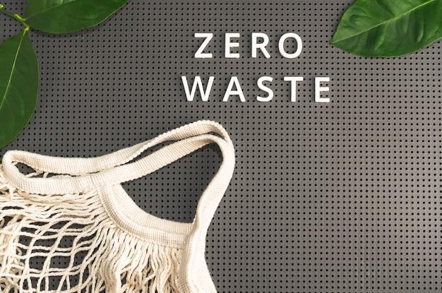 Pusty worek z siatki. zero odpadów, ekologiczny klient i koncepcja ekologii.