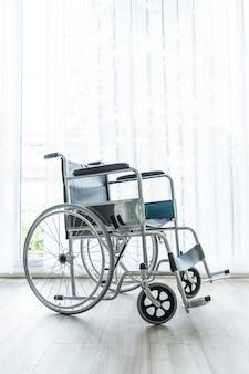 Pusty wózek inwalidzki w pokoju