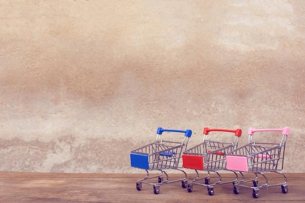 Pusty wózek na zakupy na brown drewno stole.