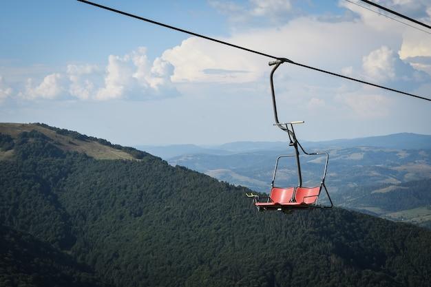 Pusty wyciąg krzesełkowy na piękne jesienne góry.