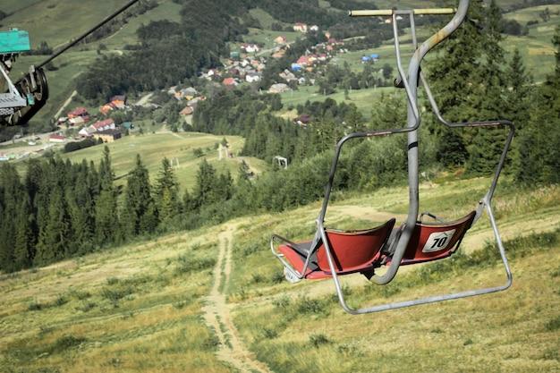 Pusty wyciąg krzesełkowy na tle pięknych gór jesienią.