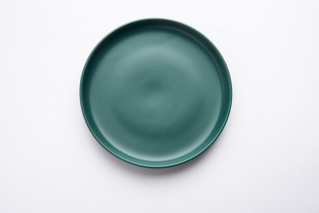 Pusty zielony ceramiczny prostokątny talerz na białym tle