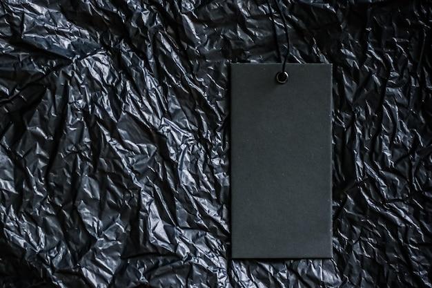 Pusty znacznik odzieży na czarnym bakground z koncepcją zrównoważonej mody i marki copyspace