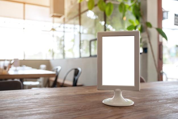 Pusty znak menu na drewnianym stole w kawiarni