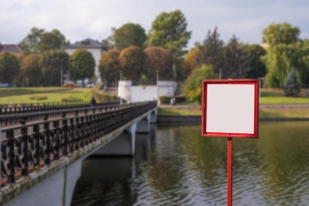 Pusty znak na zewnątrz krajobrazu parku miejskiego w kaliningradzie