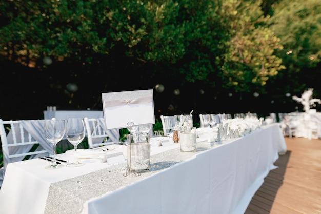 Pusty znak stoi na pięknie podanym świątecznym stole przykrytym białym obrusem