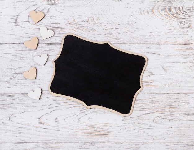 Pusty znak z drewnianymi sercami na wieśniaka stole