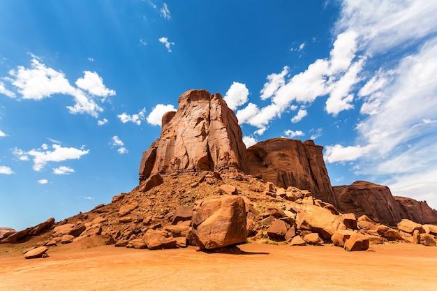 Pustynia, góry z piaskowca i zachmurzone niebo