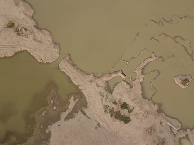 Pustynia. widok z lotu ptaka piękne pęknięcia w ziemi. tekstura, głębokie pęknięcie. skutki ciepła i suszy. skutki globalnego ocieplenia. popękany pustynny krajobraz.