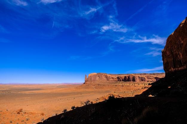 Pustynna góra w odległości z niebieskim niebem na słonecznym dniu
