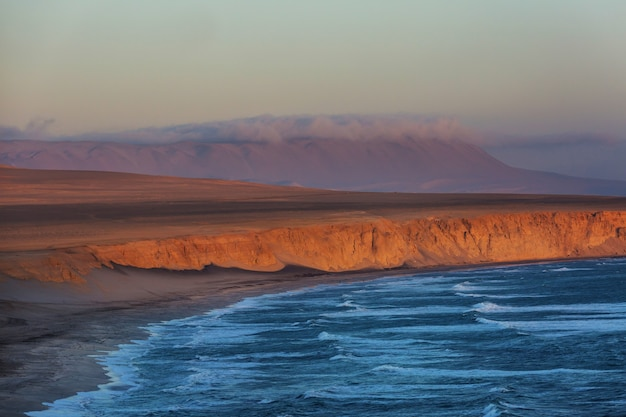 Pustynne krajobrazy wybrzeża oceanu spokojnego, peru, ameryka południowa