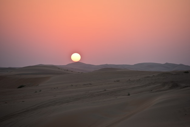 Pustynne wydmy w liwa, abu dhabi, zjednoczone emiraty arabskie podczas zachodu słońca