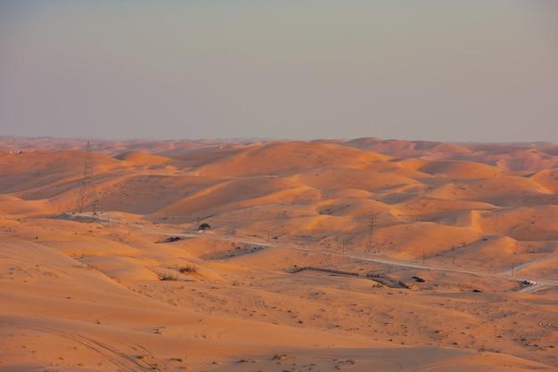 Pustynne wydmy w liwa, abu zabi, zjednoczone emiraty arabskie podczas zachodu słońca