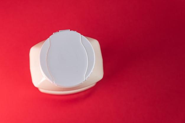 Puszka majonezu na czerwonym tle