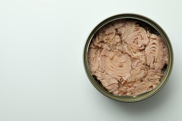 Puszka z tuńczykiem w puszkach na białym tle