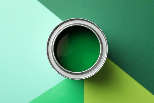 Puszka Zielonej Farby Na Wielokolorowej Powierzchni Premium Zdjęcia