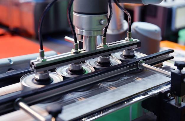 Puszki aluminiowe do linii do produkcji żywności w fabrycznej maszynie transportującej